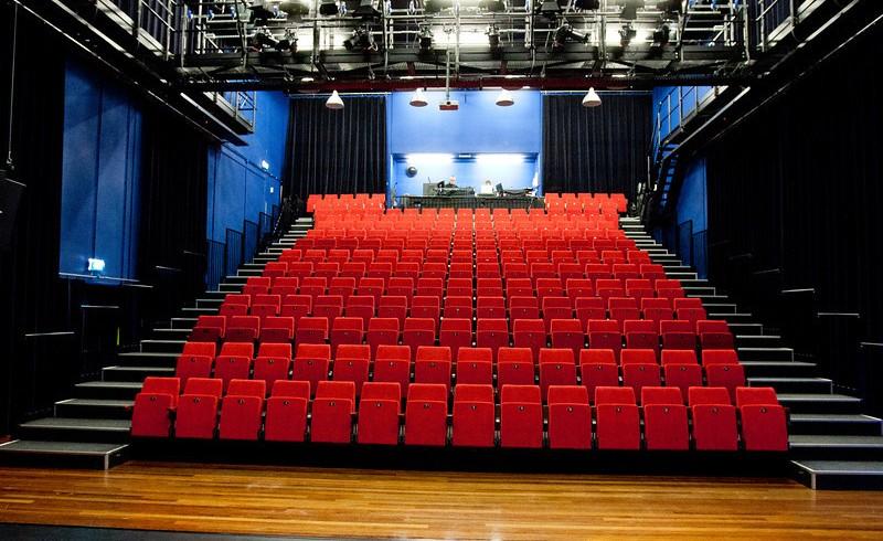 theater_twee_hondjes_foto_jaap_reedijk_i-5v7NJ73-X3