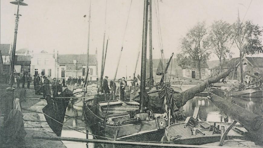In de haven van Sommelsdijk was er vroeger altijd een drukte.