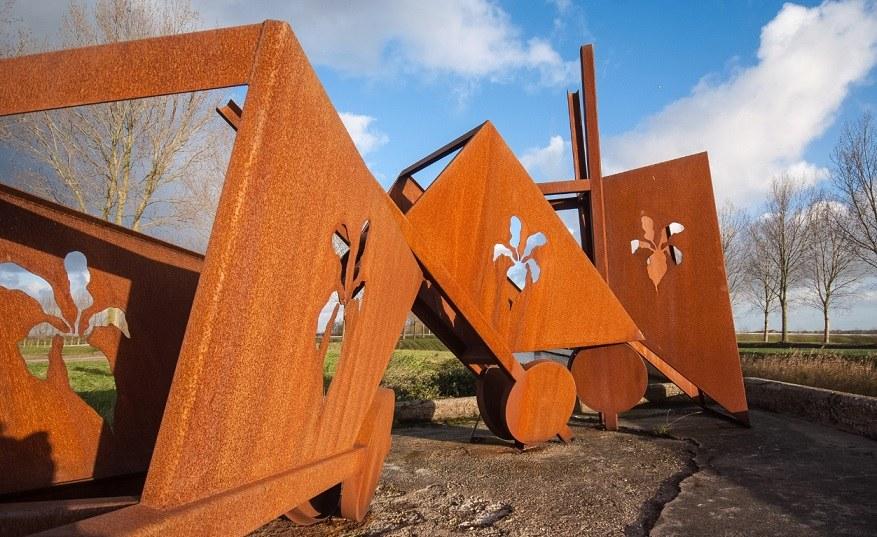 De kruiwagens van Michel Snoep in Dirksland foto Hans Villerius