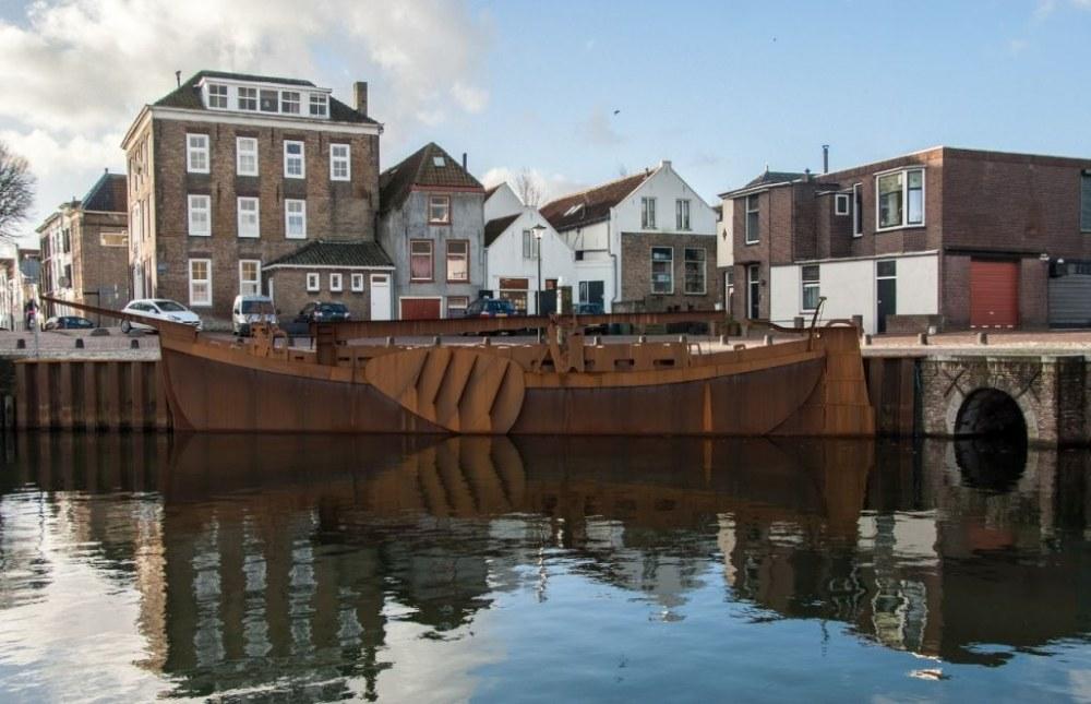 Het schip in de haven van Sommelsdijk. Kunstwerk Jaap Reedijk foto Hans Villerius