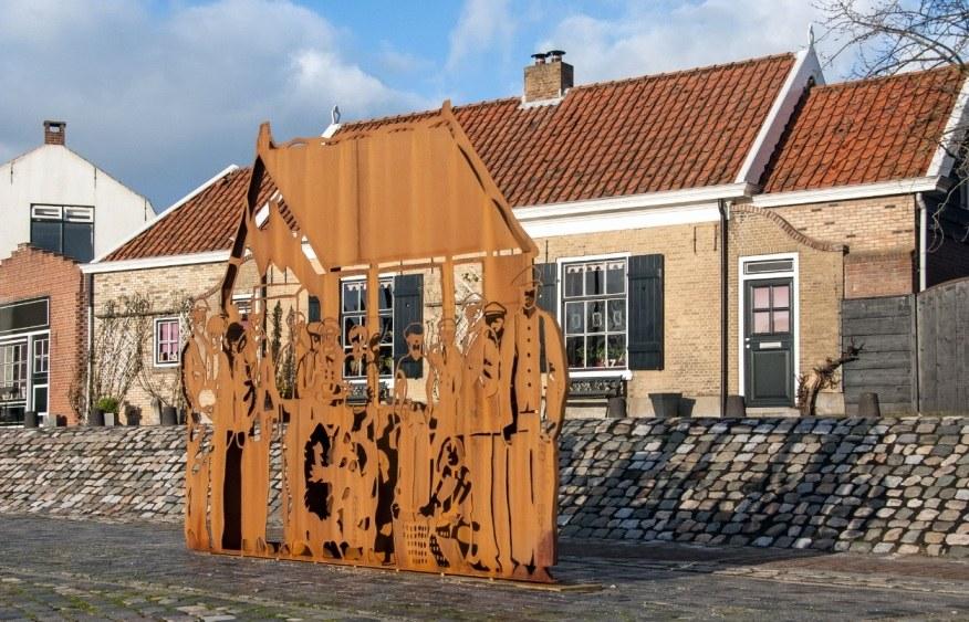 Het weggriste kunstwerk Jaap Reedijk op de Kaai van Sommelsdijk foto Hans Villerius