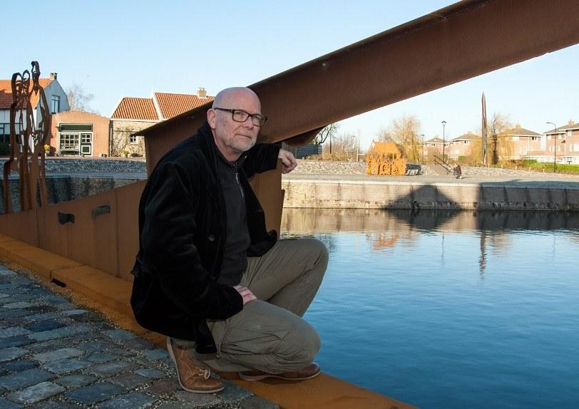 jaap reedijk bij zijn kunstwerk bij de haven van Sommelsdijk foto Hans Villerius
